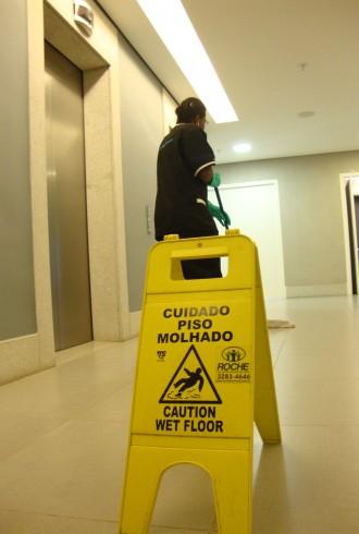 Funcionária Roche de serviços terceirizados de limpeza de piso e conservação