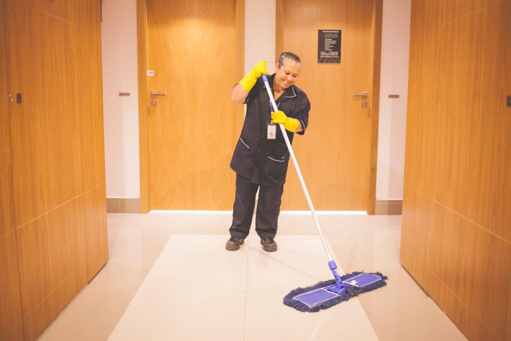 Conheça os 5 principais EPIs para serviços de limpeza em condomínios