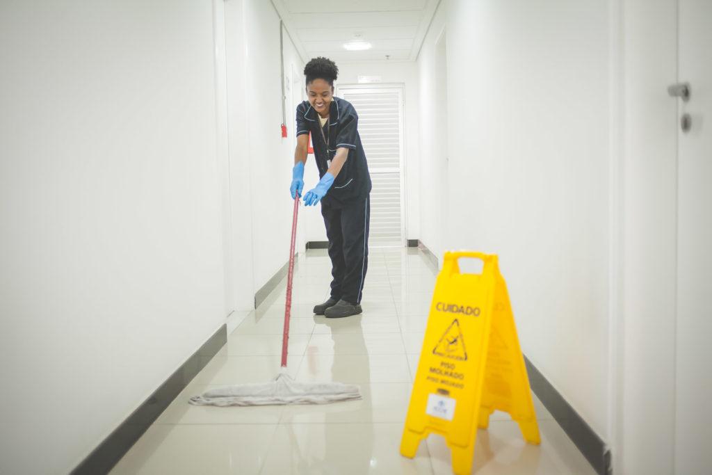Quais são os riscos envolvidos no processo de limpeza do condomínio?