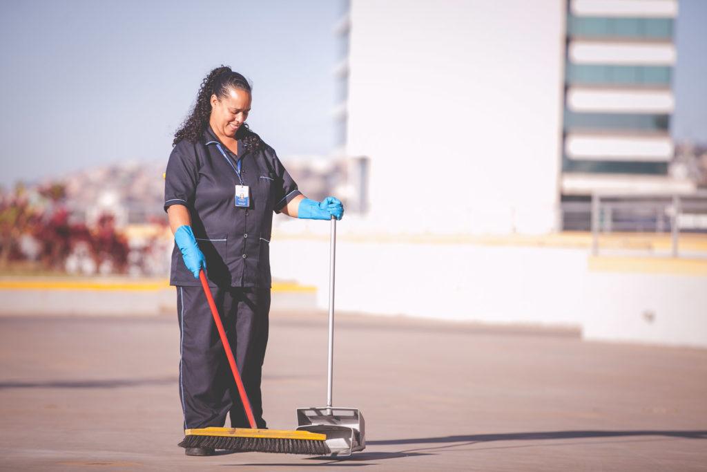 Quem é o responsável por garantir que os profissionais estejam utilizando os EPIs para serviços de limpeza corretos?